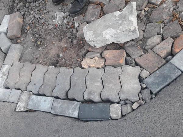 Чоловік ремонтує дорогу тим, що є під рукою