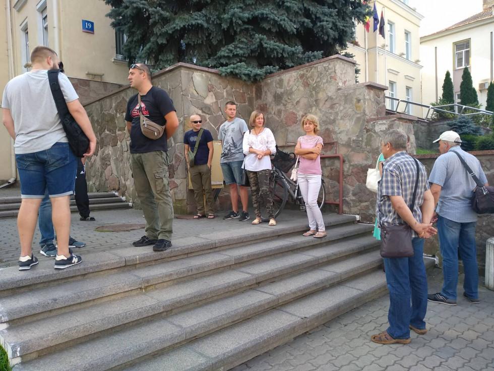 Під стінами міськради зібралися десятки атовців