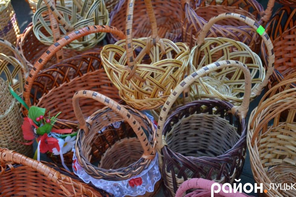 Сім'я з села Іза виготовляє кошики зі своєї лози