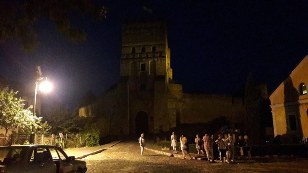 Туристи намагаються розгледіти вежу