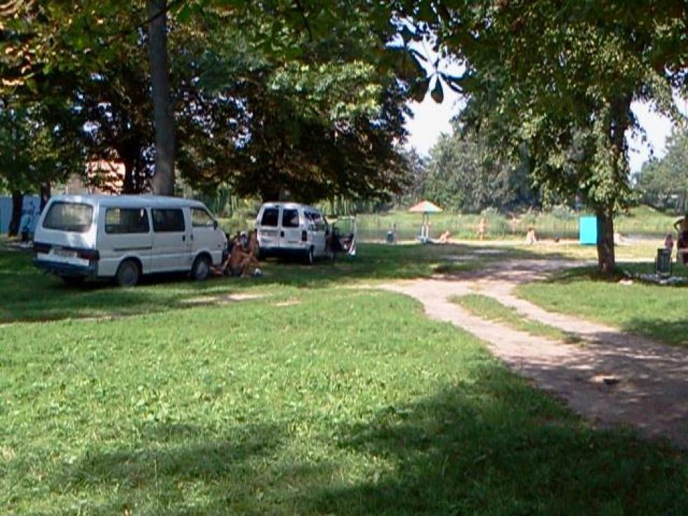 Машини паркуються на зеленій зоні