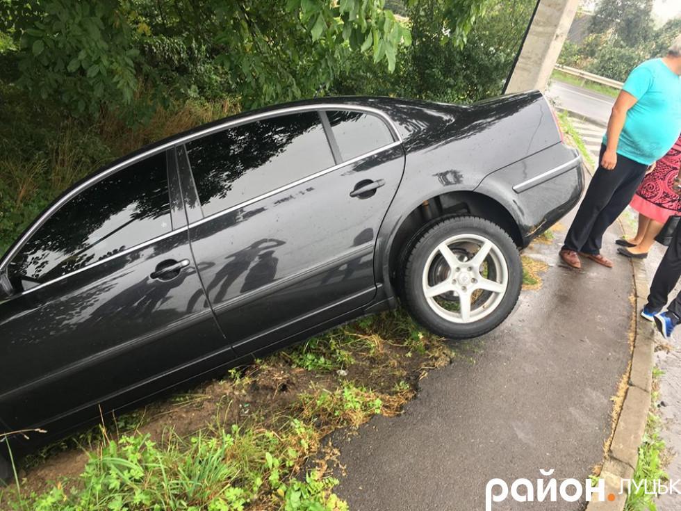 Авто злетіло з дороги