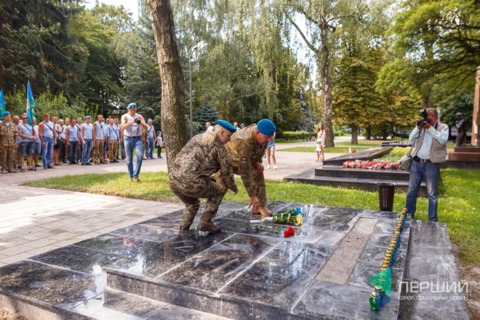 Світлана з чоловіком не змогли оминути відзначення дня ВДВ в Луцьку