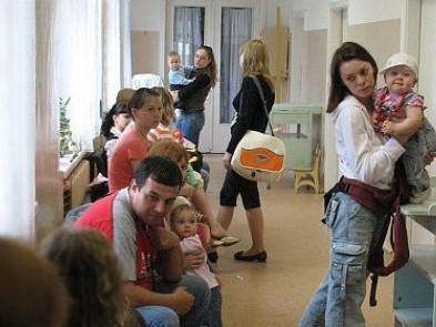 Щоб пройти медогляд до школи чи садочка, лучани годинами сидять в черзі