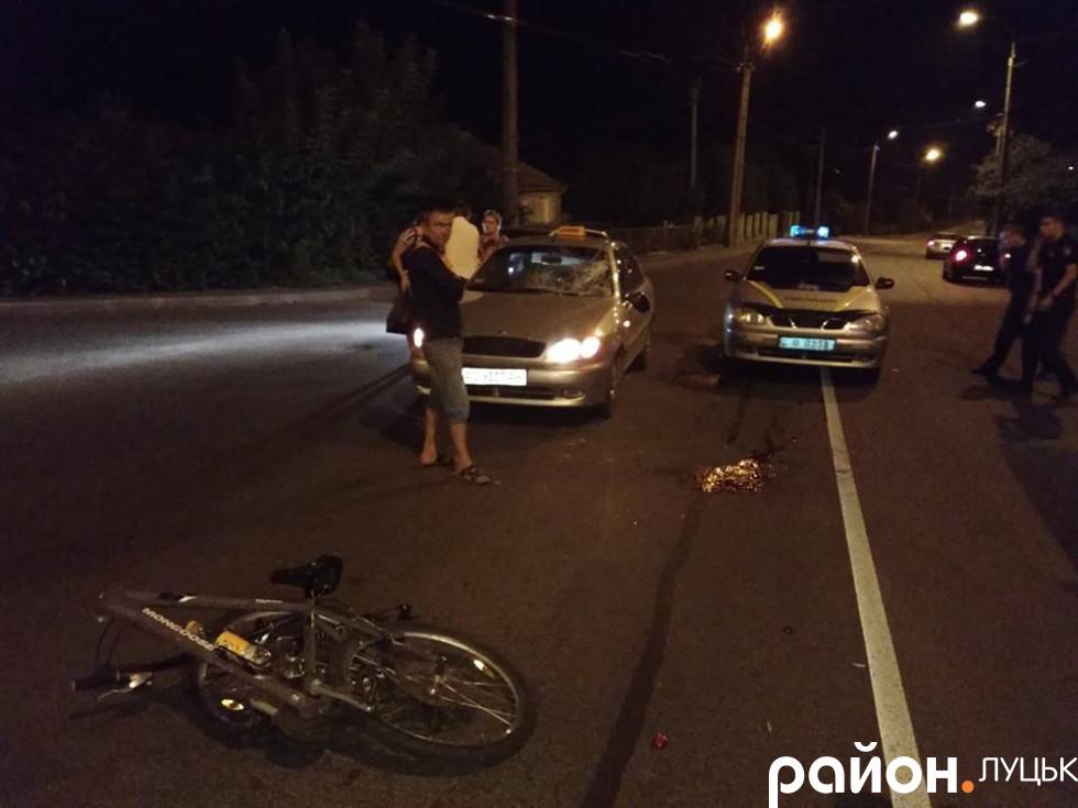 Таксі марки «Daewoo Lanos» сірого кольору не розминулось з велосипедистом