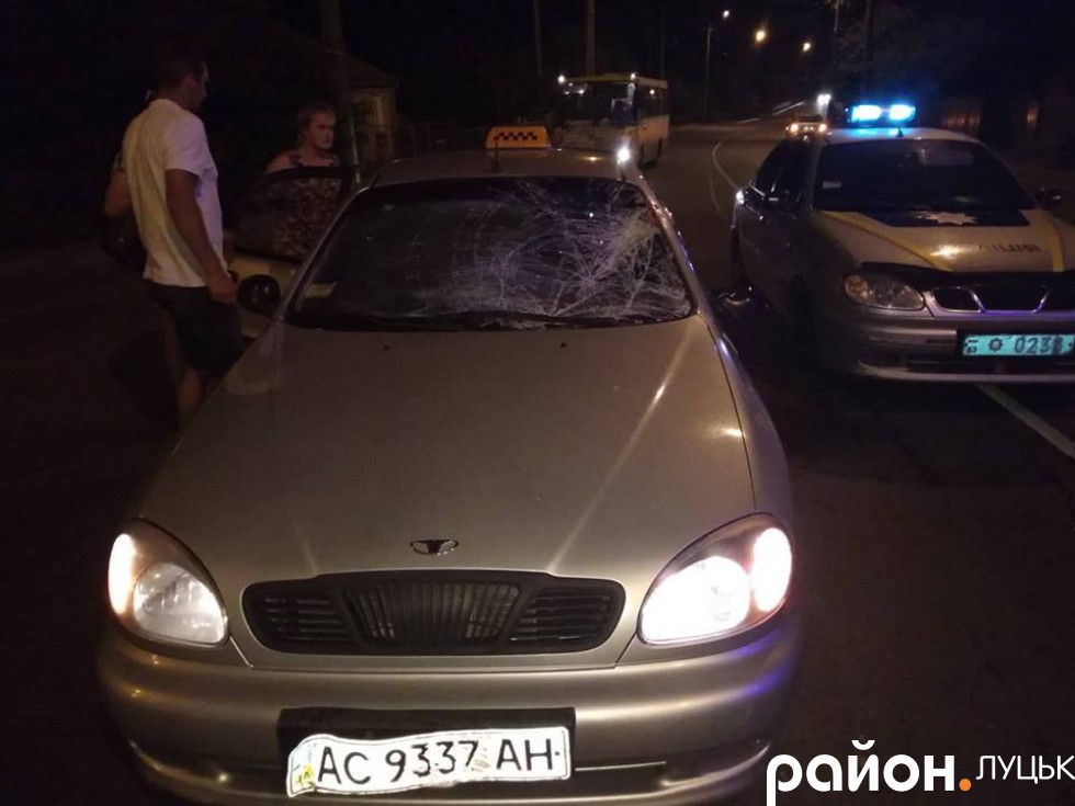 Водій таксі їхав знизу по головній дорозі, зі сторони ринку