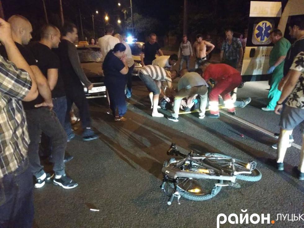 Велосипедист виїхав з бічної вулички і влетів від таксі