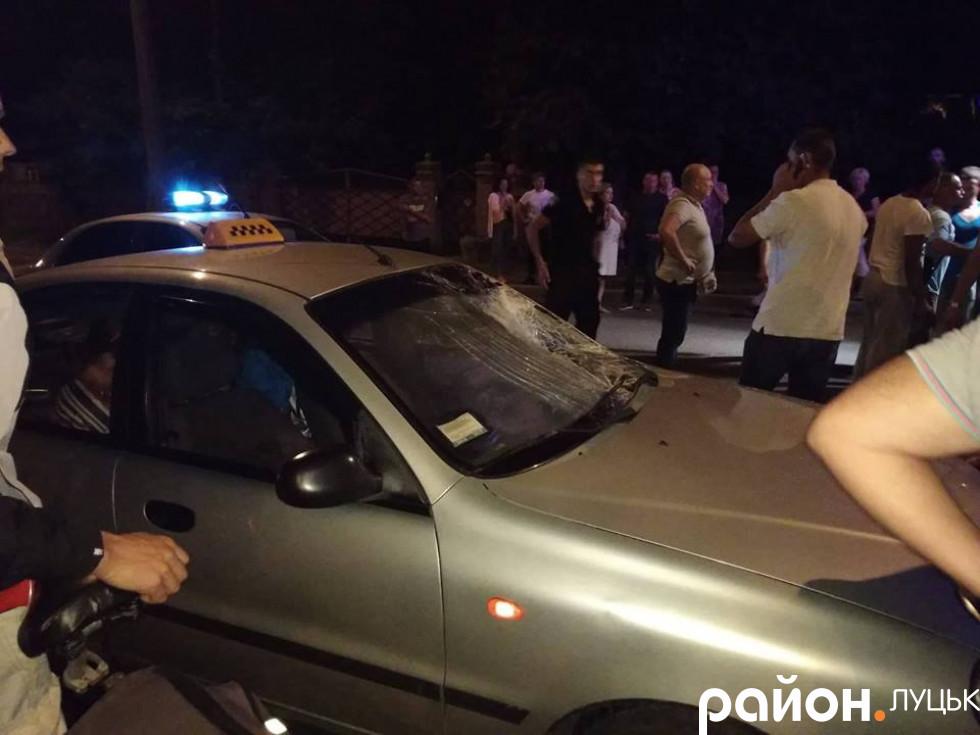 У таксі розтрощене лобове скло