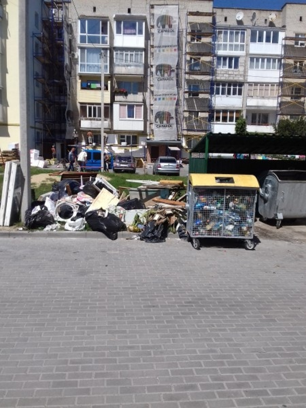 Комунальники не вивозять будівельне сміття