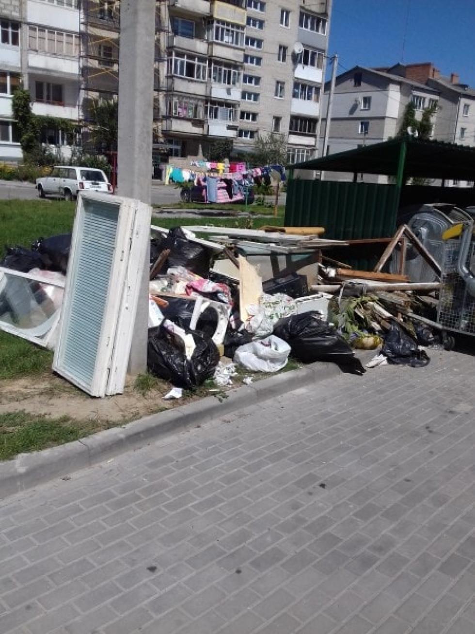 Купа сміття біля крнтейнерів