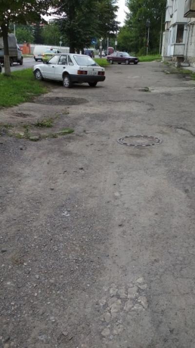 Допомогають нищити тротуар водії