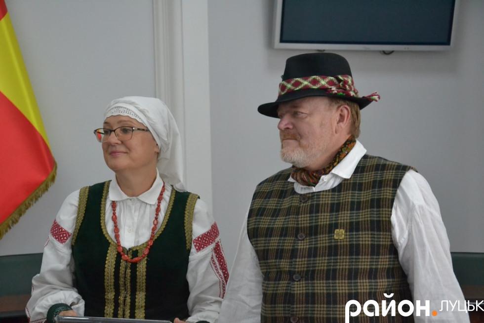 Гості з Литви вручили свої традиційні подарунки