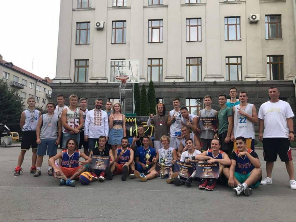 На майданчику поблизу головного корпуса СНУ іменіЛесі Українки зібралося чимало людей в баскетбольних кросівках, активних вболівальників та лучан