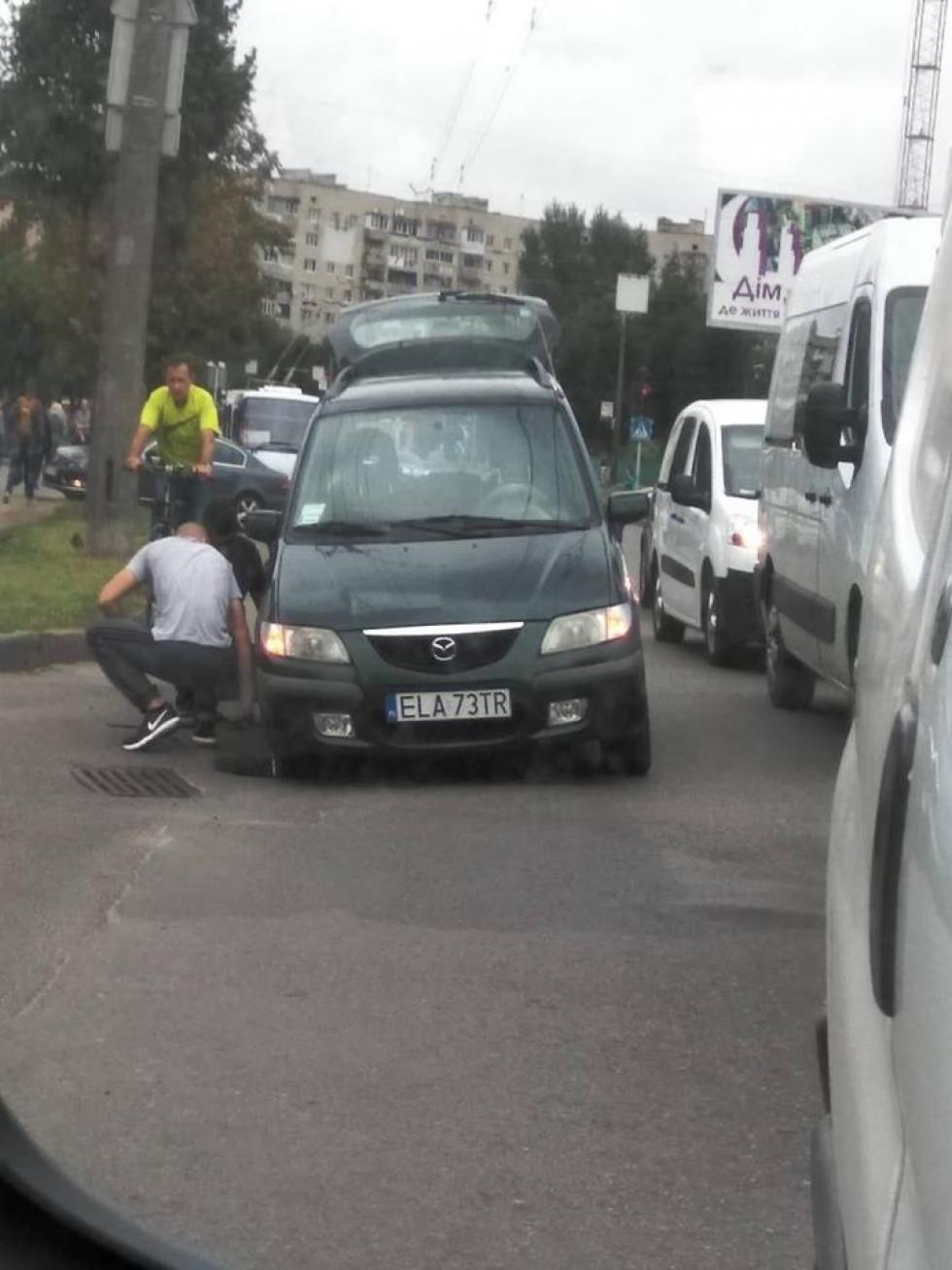Водій намагається витягнути авто