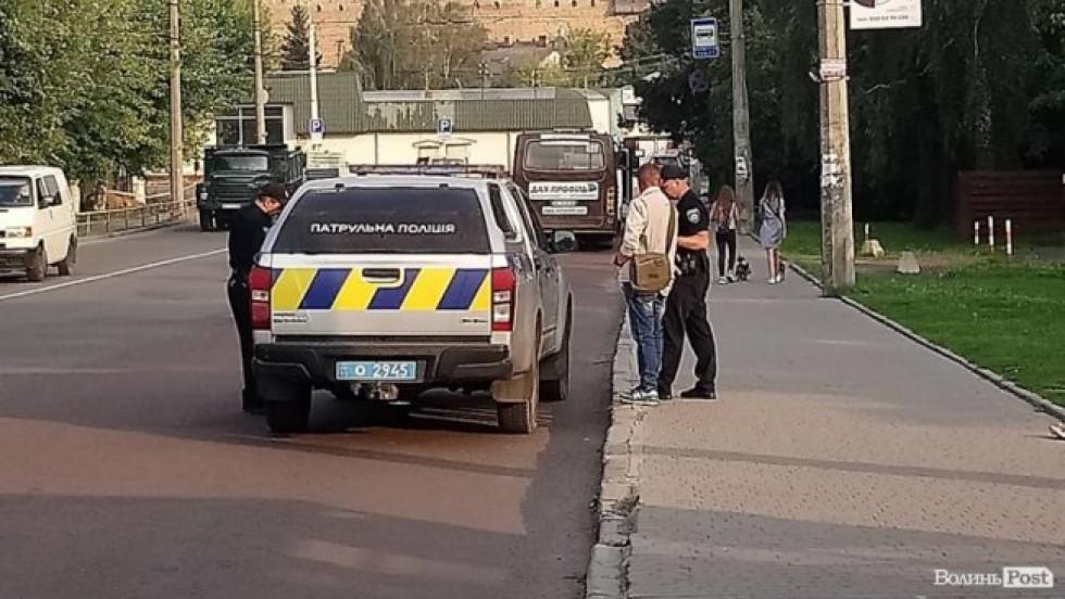 Чоловіка забрали в поліцейську автівку