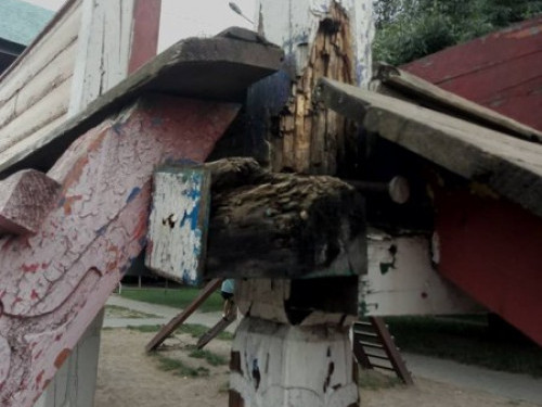 Понищений майданчик на проспекті Молоді