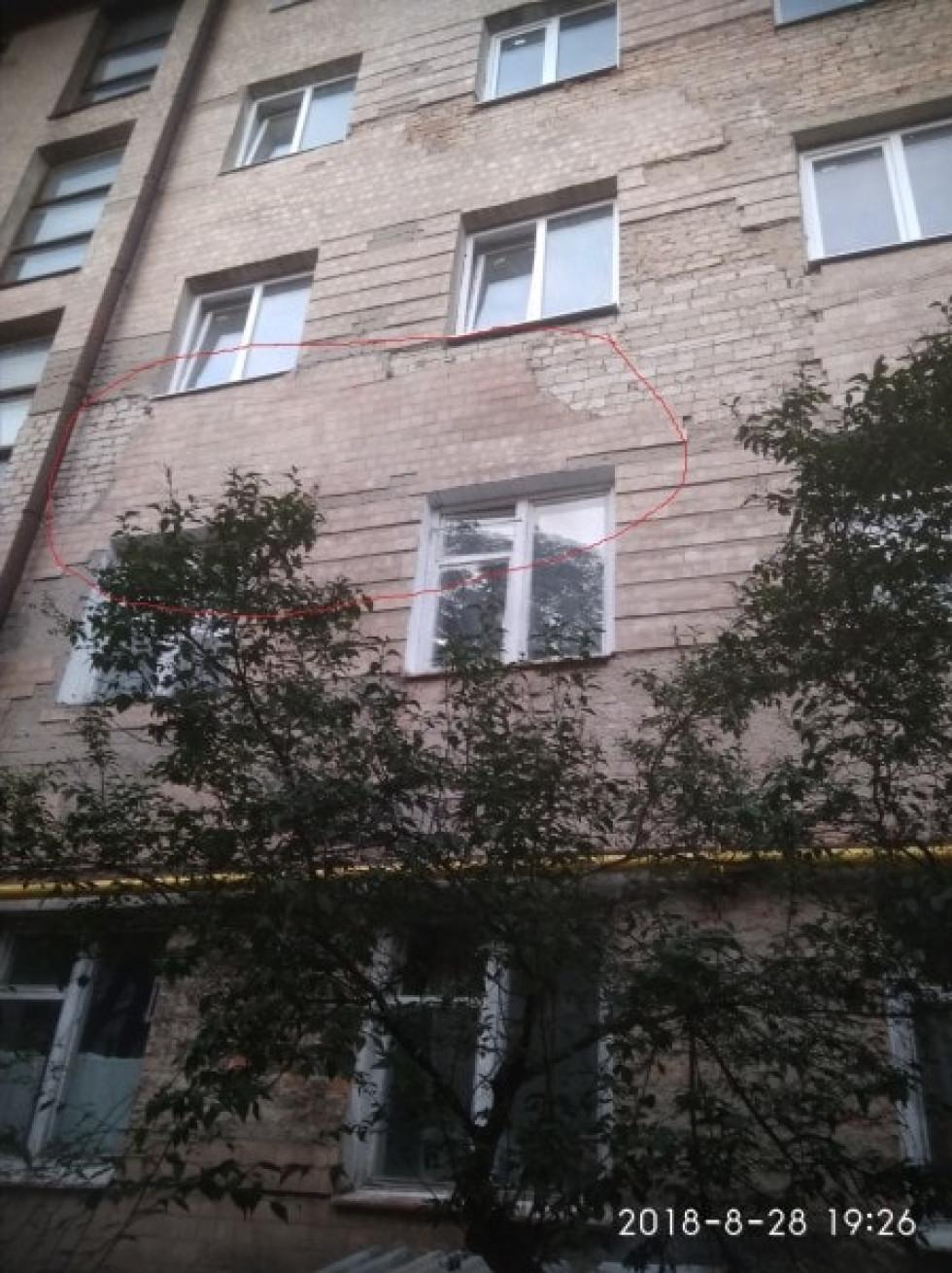 Небезпечний фасад будинку