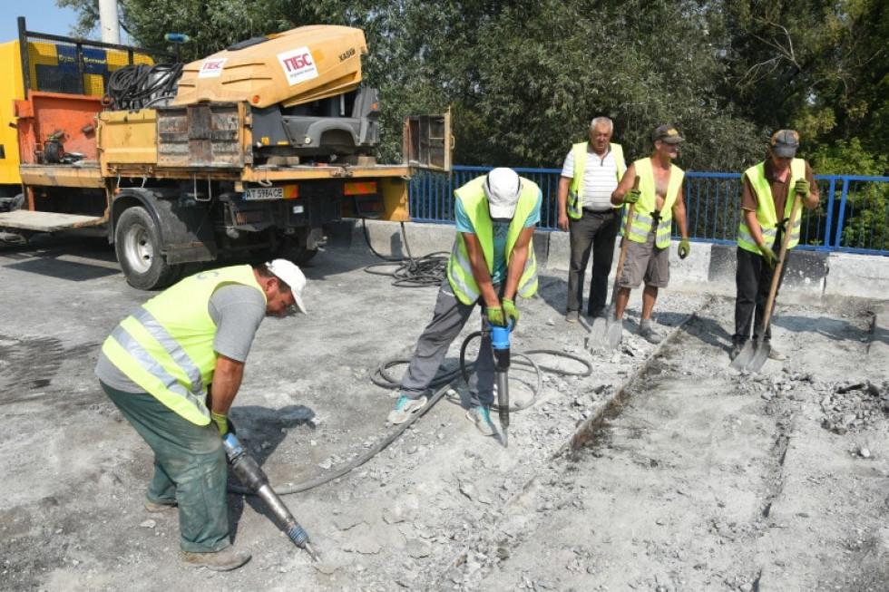 Ремонтники збивають старий бетон
