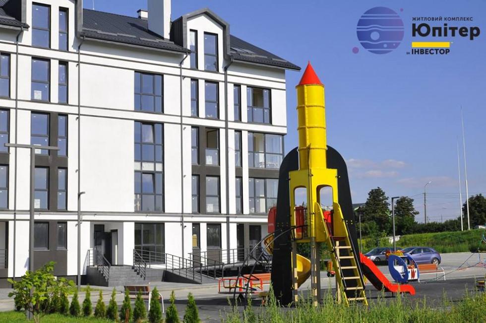 Перший будинок ЖК «Юпітер». Поруч з ним ось такий «космічний» дитячий майданчик