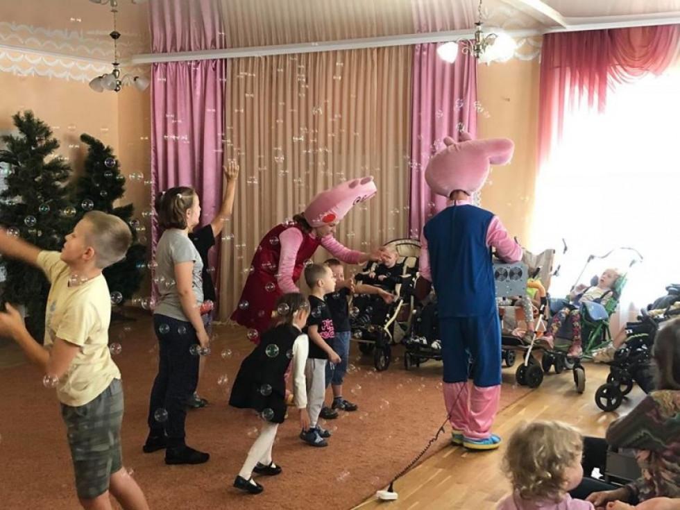 Луцька модель разом із друзями та командою аніматорів зі студії «Розважайко» відвідала Волинський Центр соціальної реабілітації дітей-інвалідів