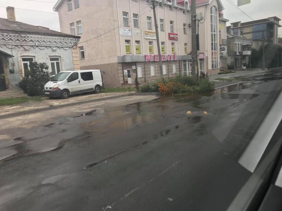 Фонтан на дорозі в Луцьку
