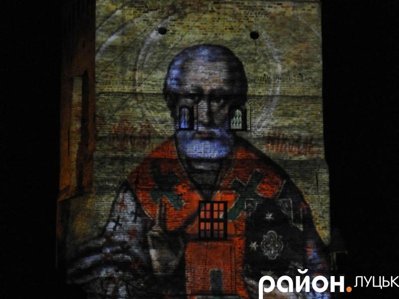 Проекція покровителя Луцька Святого Миколая на В'їзній вежі замку Любарта