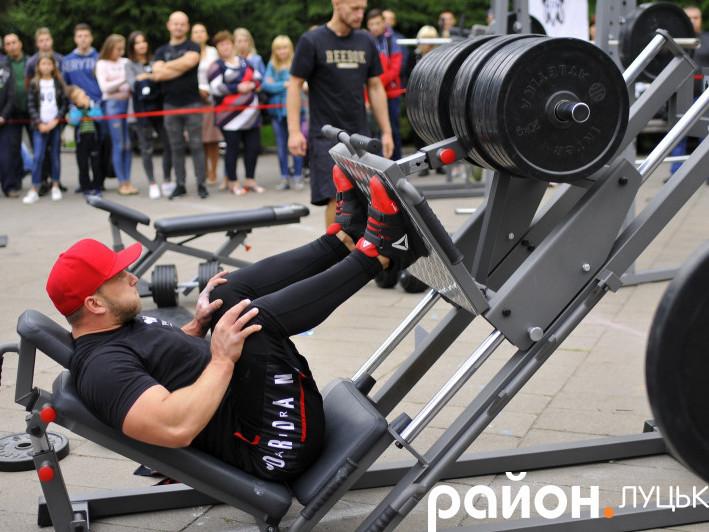 Василь Петрищак виконує жим ногами