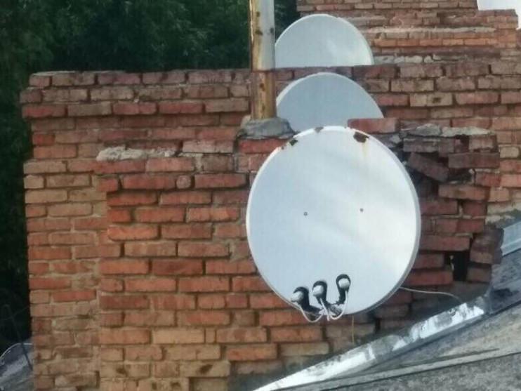 Комини на даху будинку