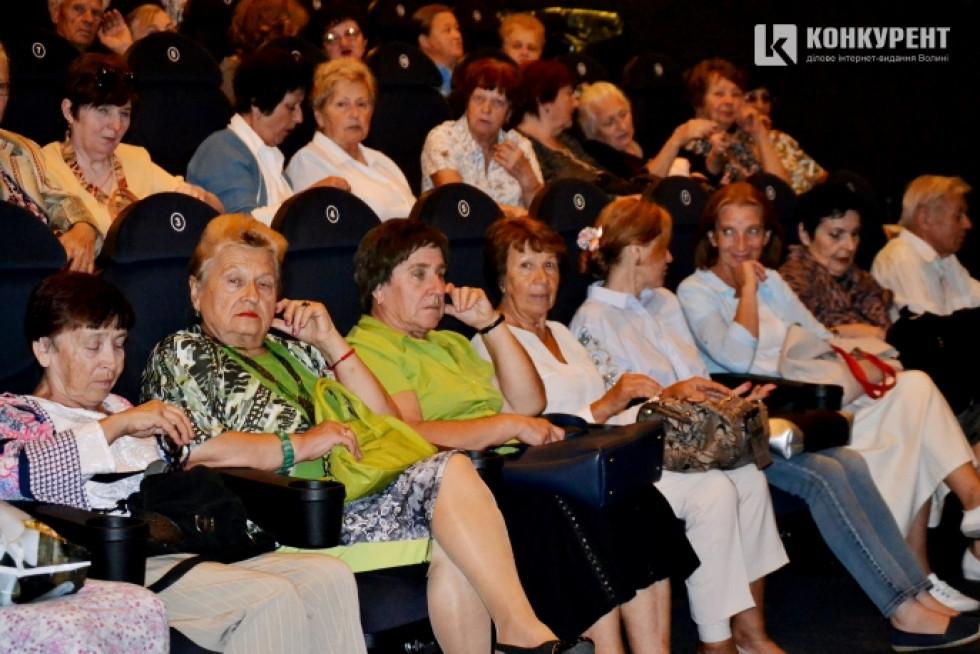 Літні люди під час перегляду фільму