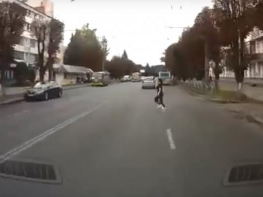 У Луцьку пішохід вискочила на дорогу прямісінько перед машиною