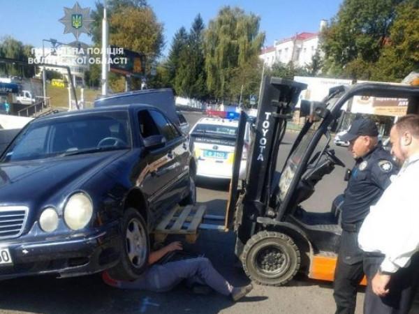 Патрульні допомогли водію