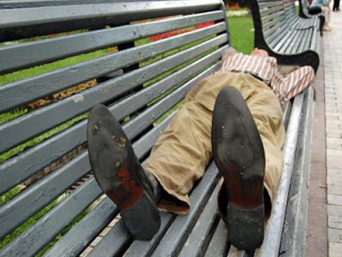 Чоловік спить на лавці