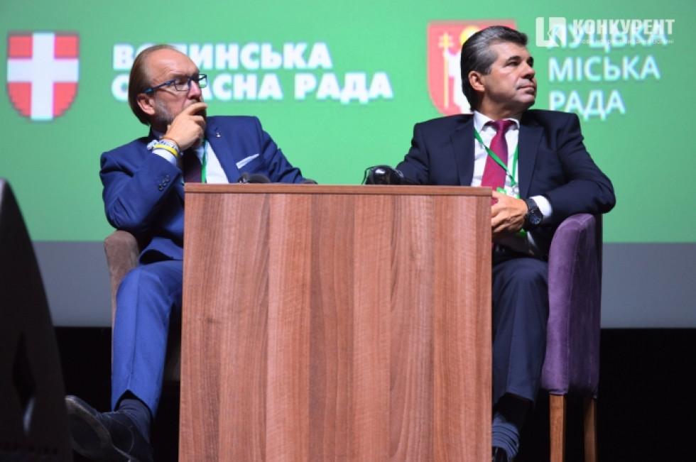 Праворуч голова Державної служби зайнятості Валерій Ярошенко