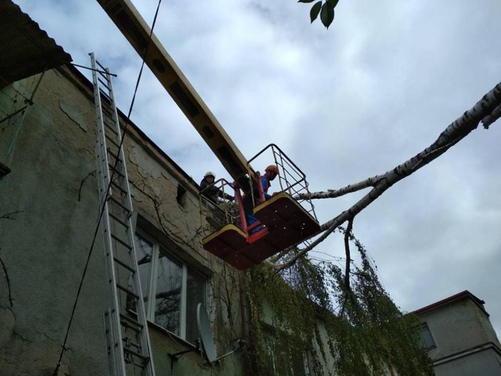 Рятувальники знесли дві балконні рами