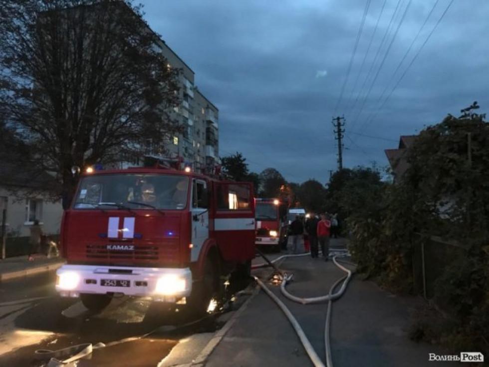 На місці події працювали дві карети «швидкої»та чотири пожежних