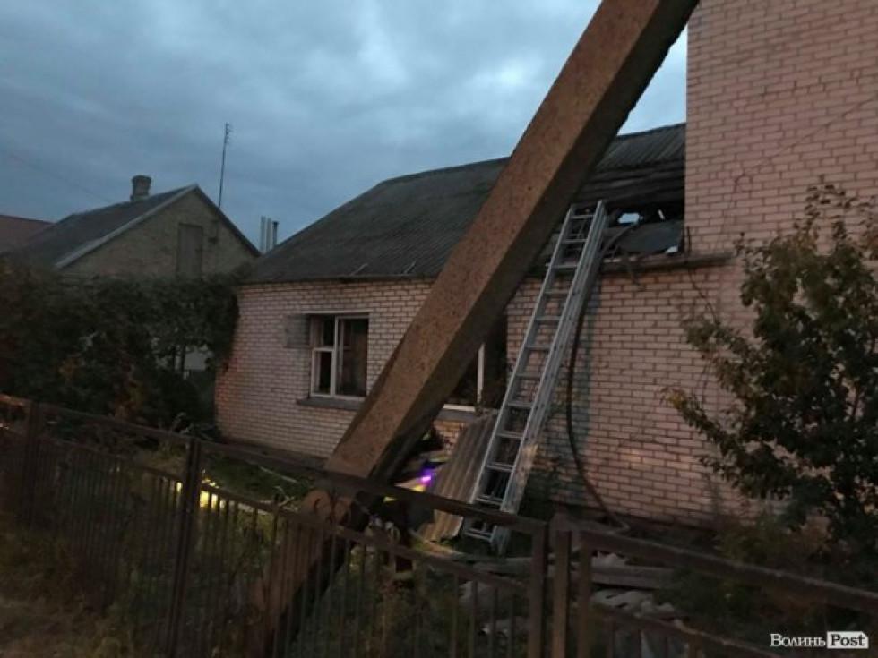 На момент прибуття пожежників з будинку йшов густий чорний дим