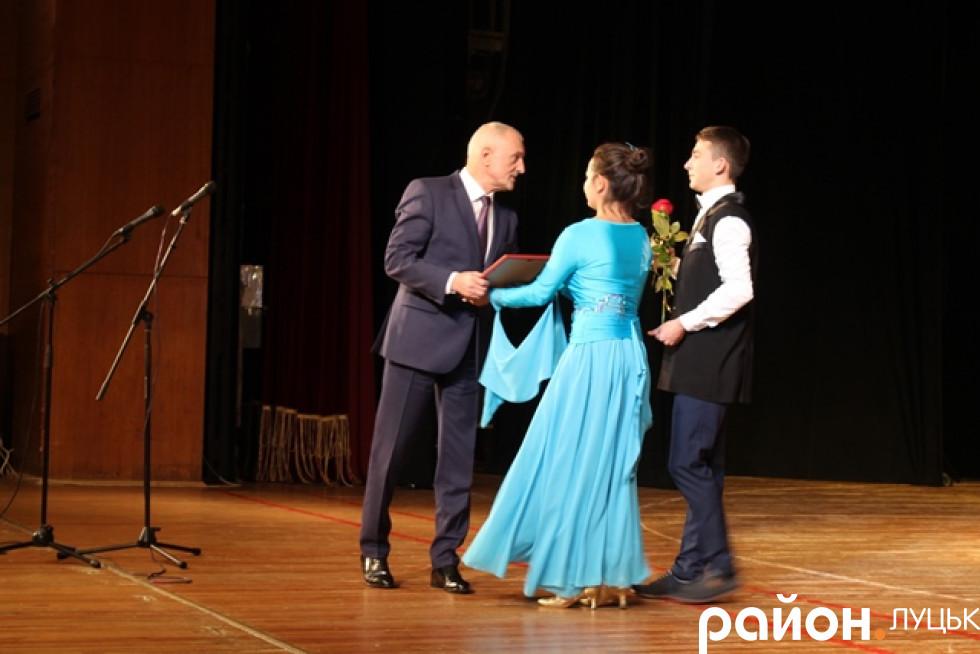 Зі сценивчителі спускалися з аналогічними квітами-подяками-преміями