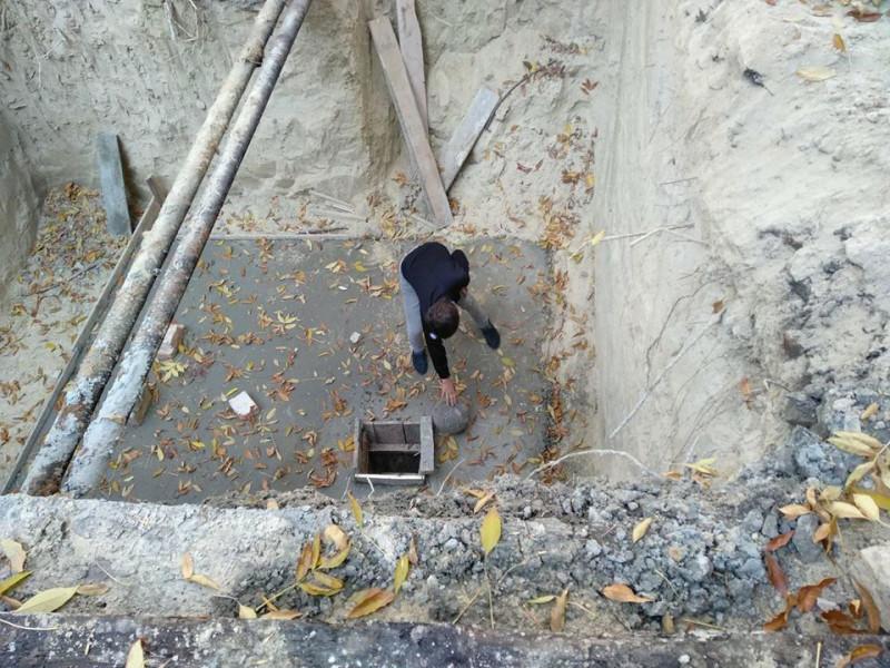 У Луцьку б'ють на сполох через незакриту яму посеред двору