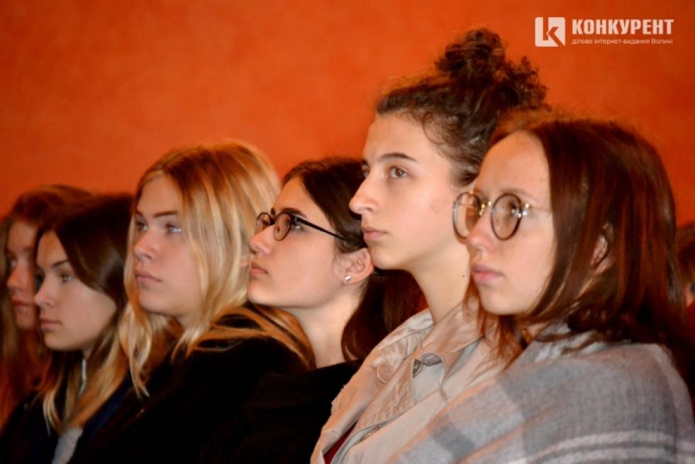 На ток-шоу зібралися три класи десятикласників зі школи №1