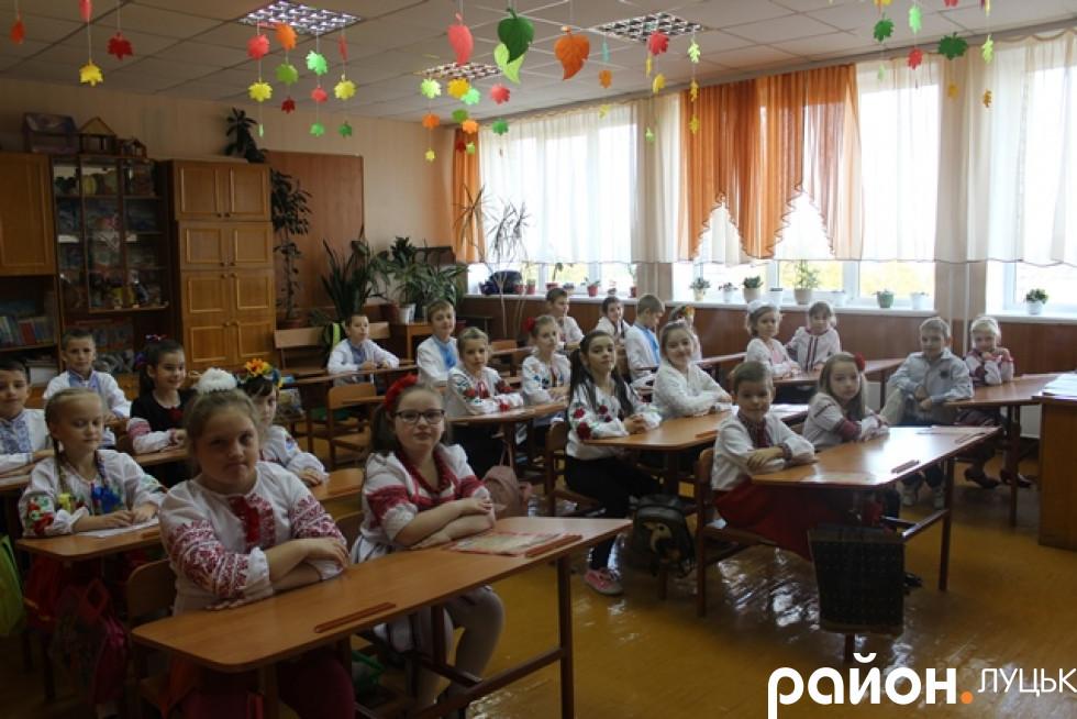 Учні чемно чекають козака