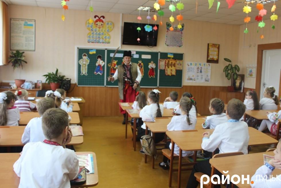 Діти уважно слухають розповіді хорунжого