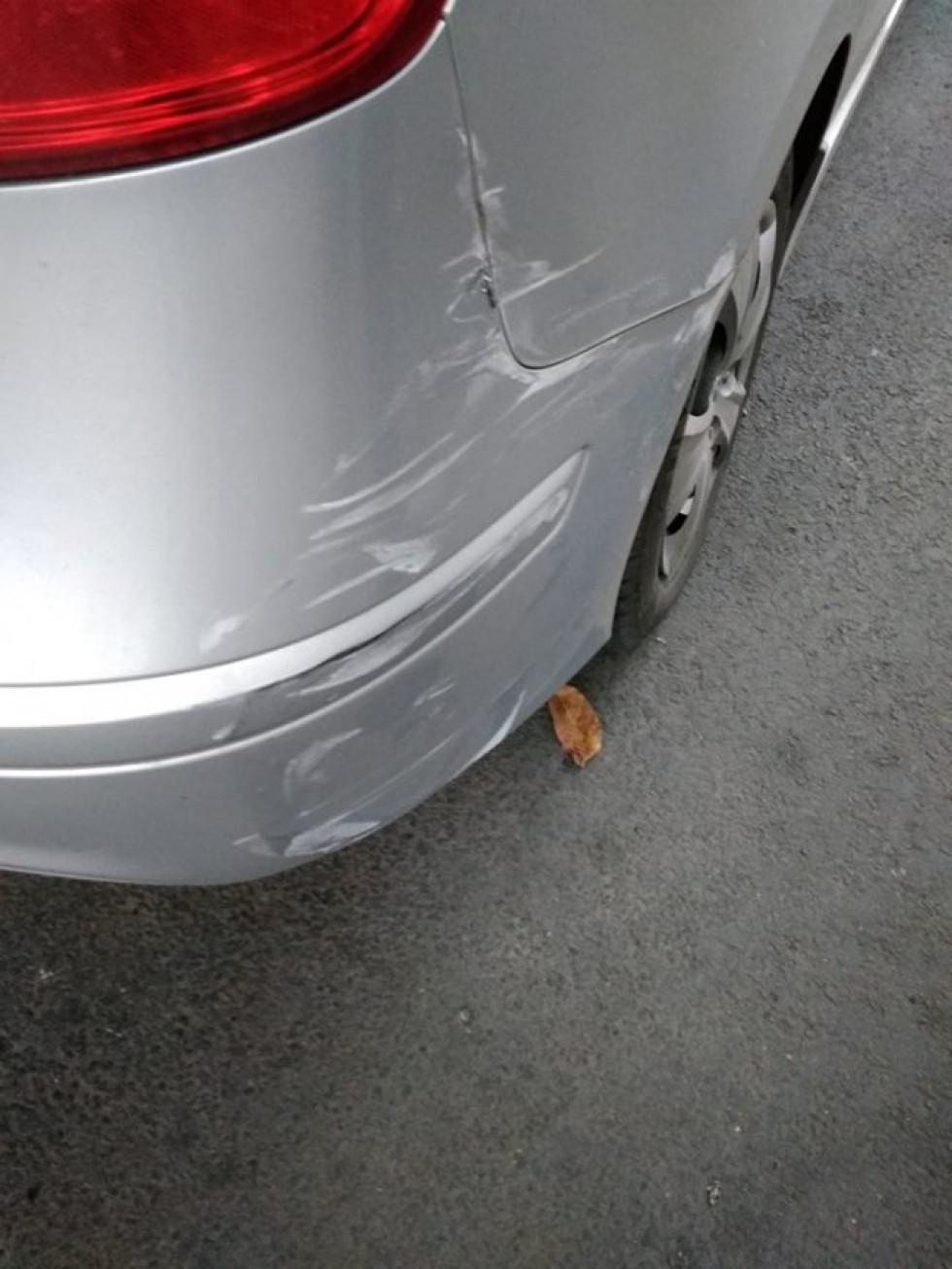Пошкоджена припаркована машина