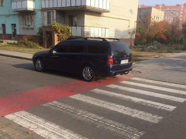 Водій припаркувався перед «зеброю»