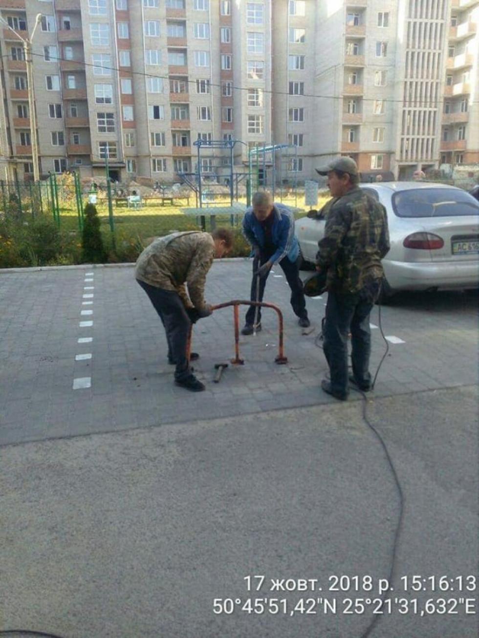 Мунвартівці знесли обмежувачі рухув дворах на вулиці Зацепи