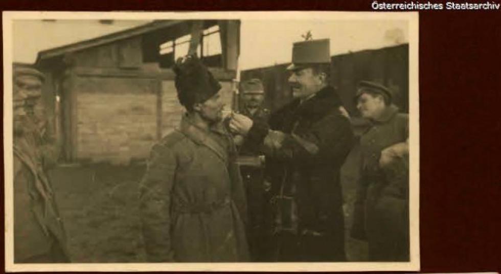 Австрійський солдат пропонує цигарку, Східний фронт, 1915 р.