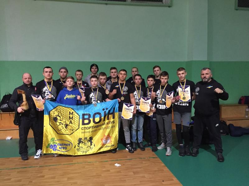 Тренери та вихованці клубу «Воїн»