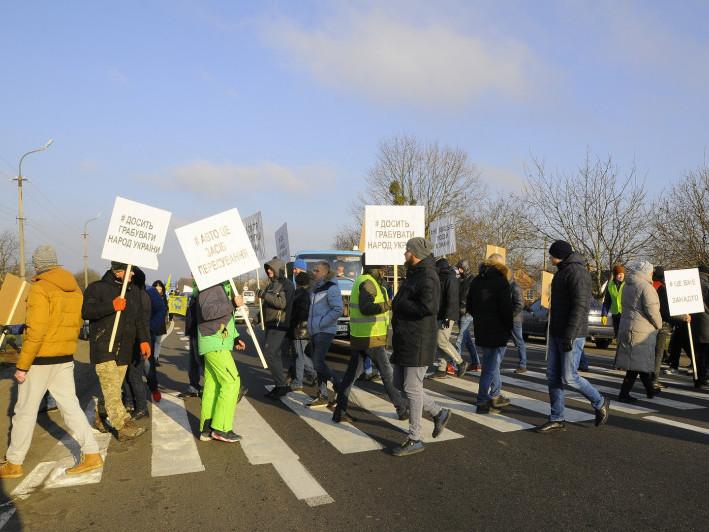 Мітингарі рухаються по «зебрі» перекривши дорогу
