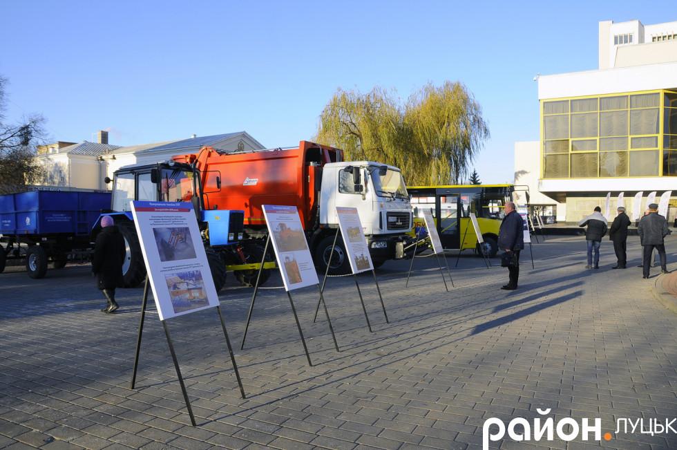 Перед драмтеатром показують сучасні автомобілі оперативних служб на ВолиніПеред драмтеатром показують сучасні автомобілі оперативних служб на Волині
