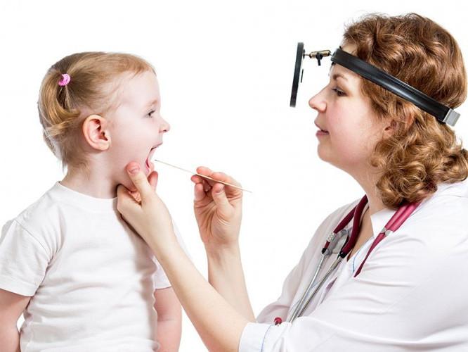 лікар каже, щоб батьки не боялися йти до лікаря
