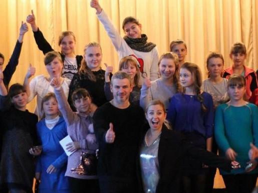 Тоня Матвієнко та Арсен Мірзоян під час зустрічі з школярами